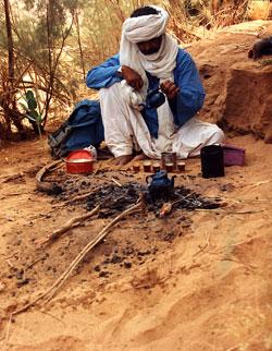 Ahmed bereitet Tee für Gäste